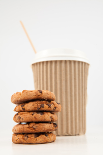 Five cookies and a cup of tea placed togetherの写真素材 [FYI00487137]