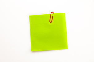 Green adhesive note with a paperclipの素材 [FYI00487139]