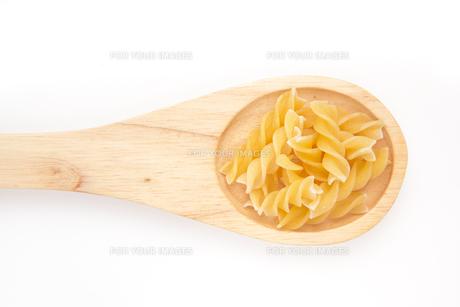Wooden spoon with pastaの写真素材 [FYI00487142]