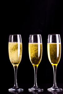 Three full glasses of champagneの素材 [FYI00487145]