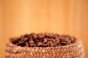 Top of a basket full of coffee seedsの写真素材 [FYI00487146]