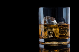 Tumbler glass with whiskeyの写真素材 [FYI00487165]