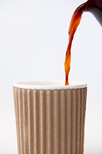 Paper cup being filled with coffeeの写真素材 [FYI00487169]