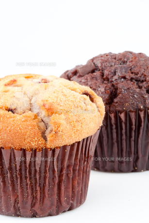 Close up of two fresh baked muffinsの写真素材 [FYI00487175]