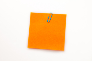 Orange adhesive note with a paperclipの素材 [FYI00487192]