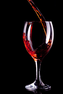 Wine being poured into glassの写真素材 [FYI00487214]