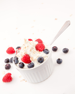 Whipped cream mix with berries and spoonの写真素材 [FYI00487220]