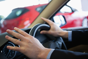 Man holding a steering wheelの写真素材 [FYI00487227]