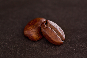 Two coffee beans side by sideの写真素材 [FYI00487228]