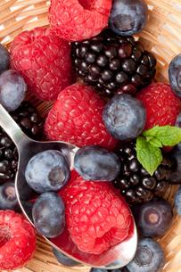 Berries  eating in a basketの写真素材 [FYI00487232]