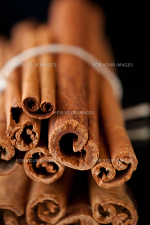 Close up of cinnamon sticksの写真素材 [FYI00487234]