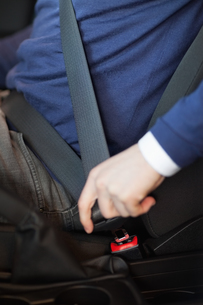 Man fastening his seatbeltの写真素材 [FYI00487240]