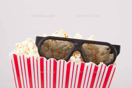 3D glasses and a box of popcornの素材 [FYI00487245]