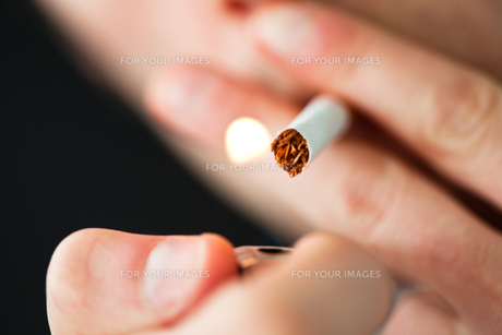 Close up of a man lighting a cigaretteの素材 [FYI00487254]