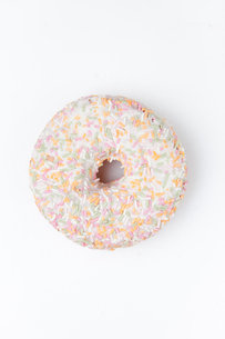 Extreme close up of a doughnut with multi coloured icing sugarの写真素材 [FYI00487255]