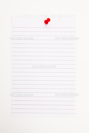 Blank page with red thumbtackの写真素材 [FYI00487260]