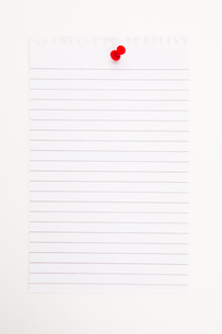 Blank page with red thumbtackの素材 [FYI00487260]
