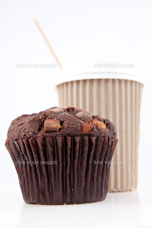 Chocolate muffin and a cup of coffee placed togetherの素材 [FYI00487272]
