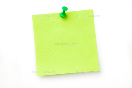 Green pinned adhesive noteの写真素材 [FYI00487284]