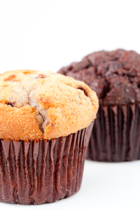 Close up of a fresh baked muffin and a blurred chocolate muffinの写真素材 [FYI00487286]