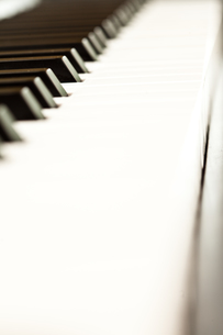 Close up of keys of a pianoの写真素材 [FYI00487287]