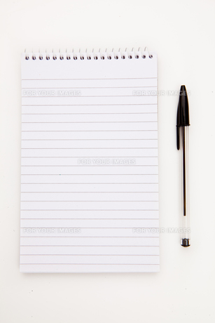 Notepad  with black pen sheetの写真素材 [FYI00487299]