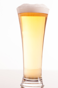 Full glass filled with beer and foamの写真素材 [FYI00487304]