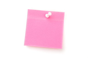 Pink adhesive note with pushpinの素材 [FYI00487322]