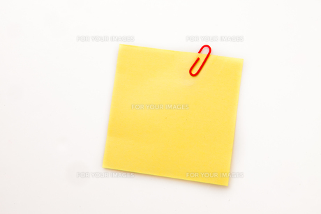 Yellow adhesive note with a paperclipの素材 [FYI00487334]