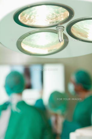 Close up of a surgical ligthの写真素材 [FYI00487337]