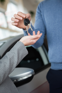 Woman receiving keys from a manの写真素材 [FYI00487341]