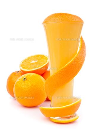 Orange peel wrapping a glassの写真素材 [FYI00487342]