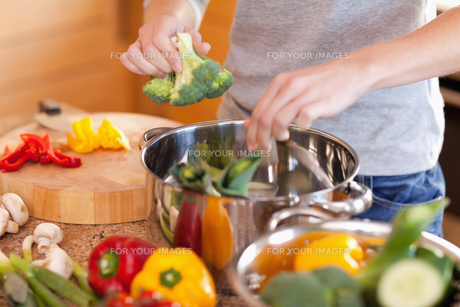 Woman preparing vegetable soupの写真素材 [FYI00487351]