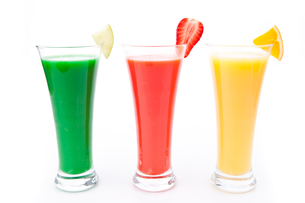 fruit pieces in a row of glassesの写真素材 [FYI00487360]
