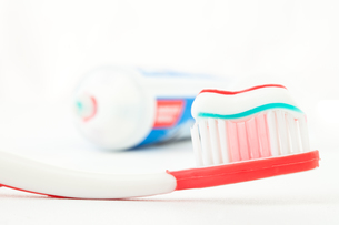 Red toothbrush with toothpasteの写真素材 [FYI00487363]