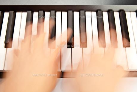 Someone playing pianoの素材 [FYI00487364]