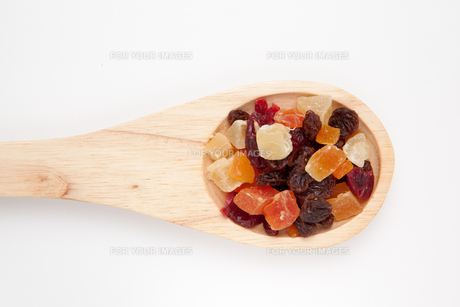 Wooden spoon with dried fruitの素材 [FYI00487366]