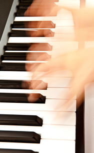 Hands playing pianoの写真素材 [FYI00487368]