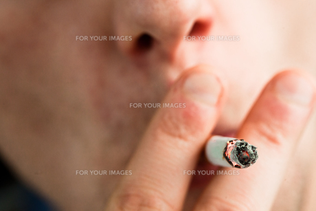 Close up of a man smokingの素材 [FYI00487369]