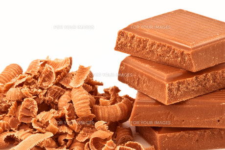 Pile of chocolate pieces and chocolate shavingsの写真素材 [FYI00487374]