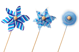 Three blue pinwheelsの写真素材 [FYI00487385]