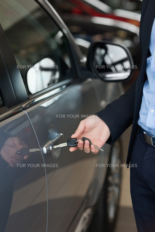 Man opening a car with a keyの素材 [FYI00487391]