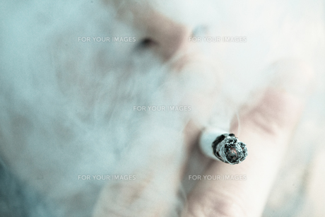Man smoking out himselfの素材 [FYI00487394]