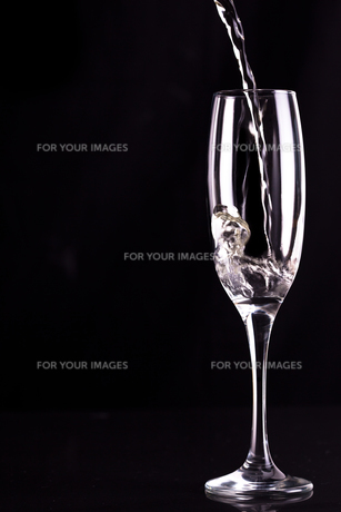 Empty champagne flute being filledの写真素材 [FYI00487402]