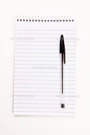 Notepad  with black pen sheetの写真素材 [FYI00487406]
