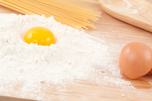 Egg yolk on the flourの写真素材 [FYI00487411]