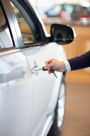Man inserting a car key in the lockの素材 [FYI00487414]