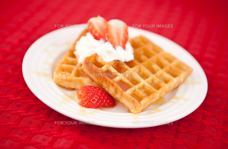 Half cut strawberry and whipped creamの写真素材 [FYI00487416]