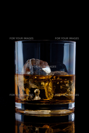 Glass with whiskeyの写真素材 [FYI00487442]