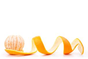 Orange posed on a orange peelの写真素材 [FYI00487443]